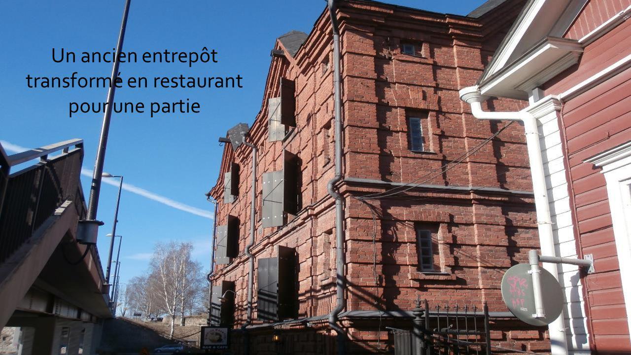Porvoo est une ville très touristiques avec ses nombreuses boutiques et restaurants, café.