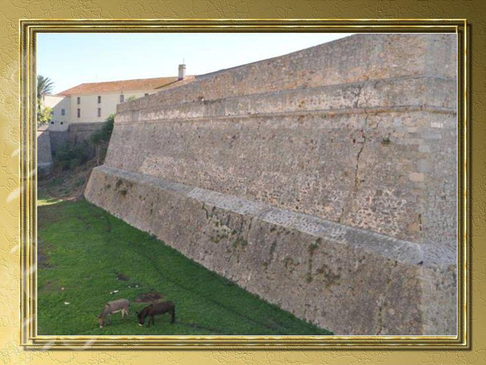 Périple surprenant de ces pierres venues de loin, saga dune famille corse, évènements dramatique, tout est réuni ici pour faire de lédifice un château légende.