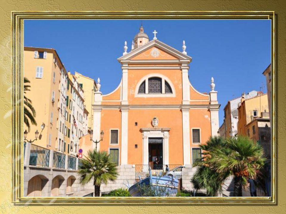 La cathédrale dAjaccio inaugurée en 1593 est un modèle de simplicité de lart Renaissance Plus petite que ne le prévoyaient les plans dorigine, elle a été bâtie en 11 ans par larchitecte Giacomo Della Porta La couleur ocre de la façade soutenue par les encadrements de pierre blanche ajoute à lharmonie du bâtiment