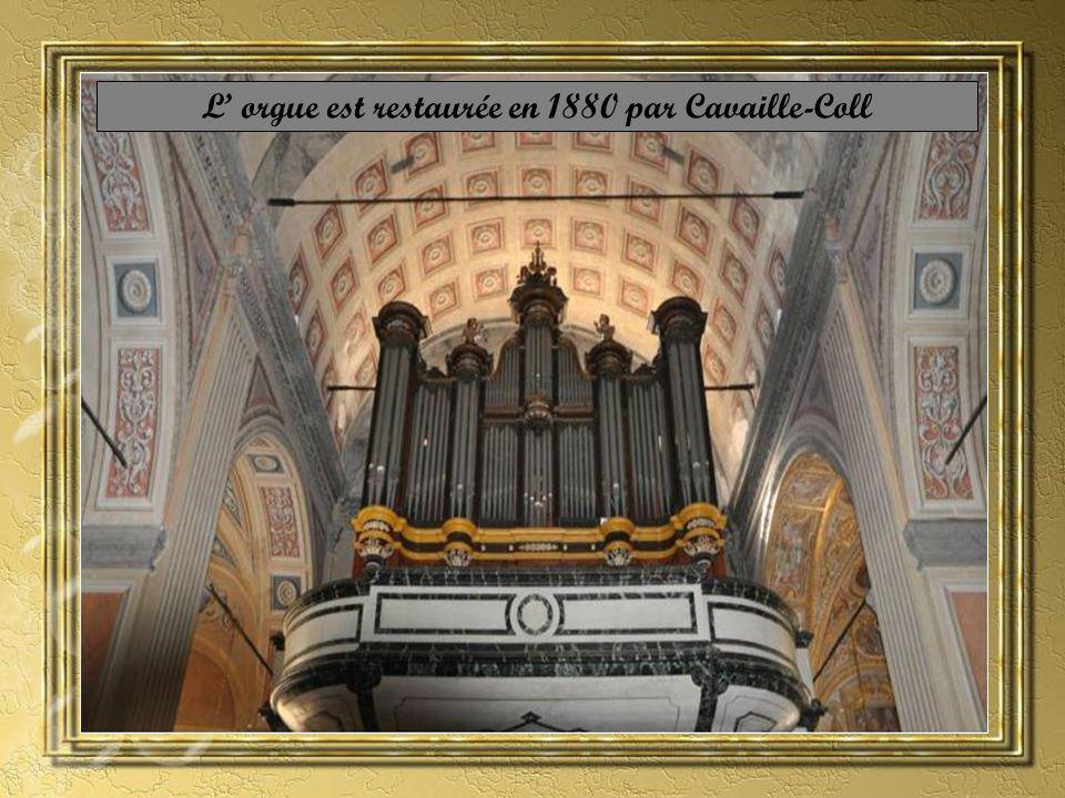 À lintérieur à droite de lentrée se trouve le Baptistère en marbre où fût baptisée Napoléon le 21 juin 1771.