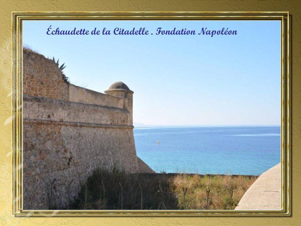 La première pierre est posée en avril 1492 sur un promontoire appelé Capo Di Bolo à lemplacement Prévu pour une forteresse.
