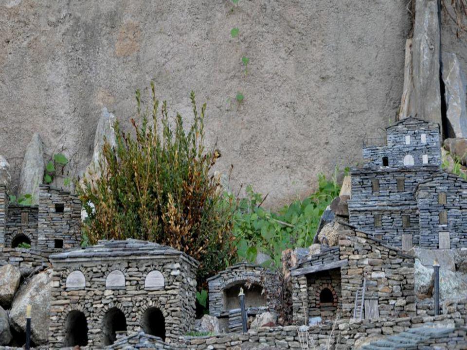 Gulliver ne se serait pas senti dépaysé dans le Village de Carriolu. Et pour cause : les maisons ne dépassent pas Quelques centimètres. Vous ne pouvez