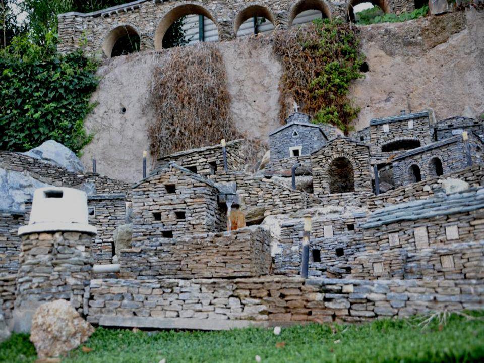 Il fallait être passioné pour réaliser un tel travail. Le village à été réalisé à laide : Un Marteau, des Tenailles, un Burin, Des pierres de la régio