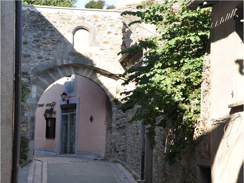 Le nom de Saissac apparait au Xème siècle Cest surtout un village castral au XIème siècle.