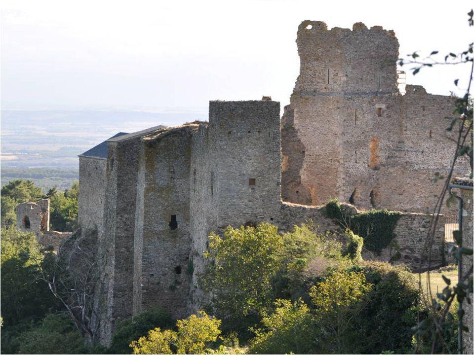 Entre 1568 et 1580 les troupes protestantes détruisent le village mais ne peuvent entrer dans le château imprenable.