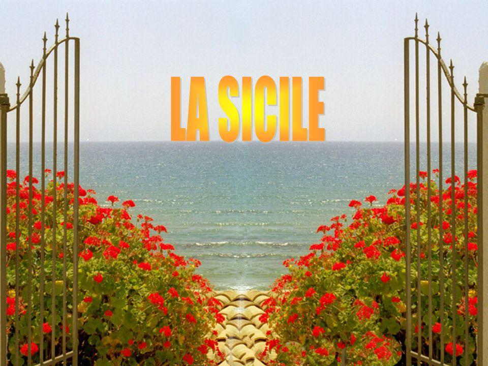 LE TRINACRIA Symbole de la Sicile, il signifie l île au trois pointes c est le nom que les Grecs donnèrent à la Sicile, alors que celle-ci s appelait la Sicania au temps des Sicules et des Sicanes.