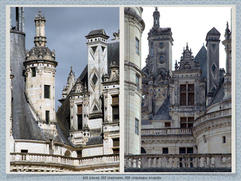 426 pièces, 282 cheminées, 800 chapiteaux sculptés