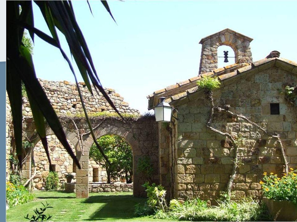 les maisons du village sont toutes construites en Gré mou (Pedro) caractéristique de la région, Ou au moins en sont revêtues et donnent au Quartier historique son lintérieur de la cité.