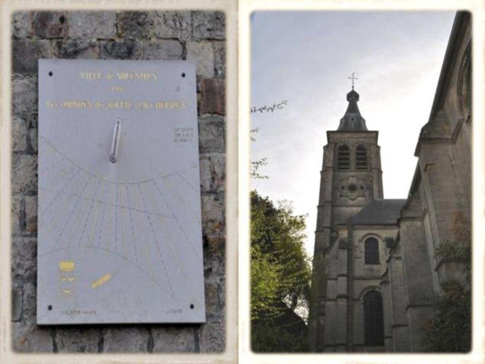 LHôtel de ville de Solesmes est édifié en 1903, dans un style électrique conjuguant les références à larchitecture Flamandes, Renaissante et Romantique par larchitecte Laurent Fortier.