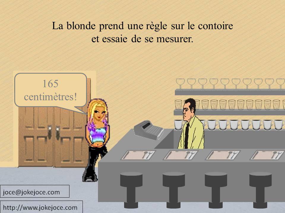 165 centimètres! La blonde prend une règle sur le contoire et essaie de se mesurer.