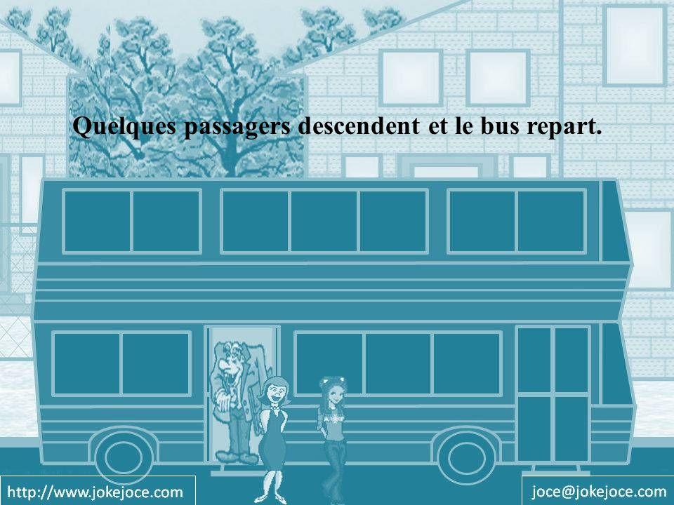 Quelques passagers descendent et le bus repart.