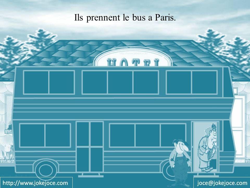 Ils prennent le bus a Paris.