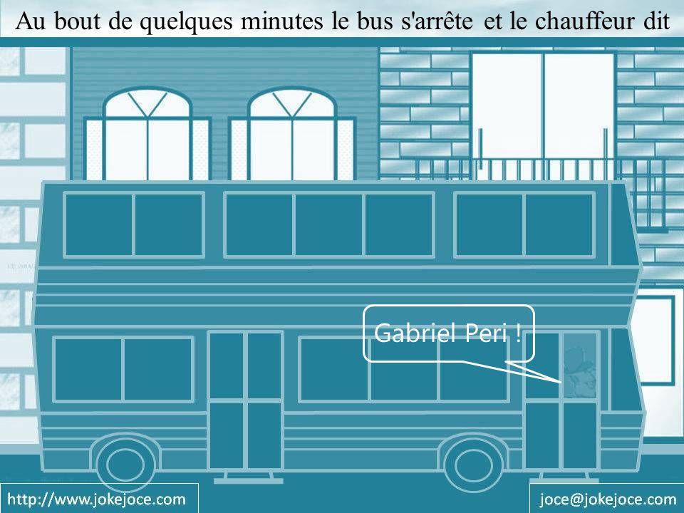 Quelques passagers descendent et le bus repart