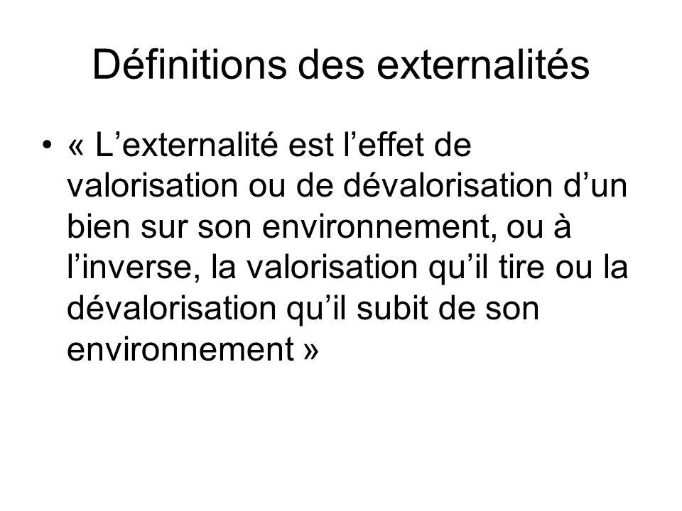 Définitions des externalités « Lexternalité est leffet de valorisation ou de dévalorisation dun bien sur son environnement, ou à linverse, la valorisa