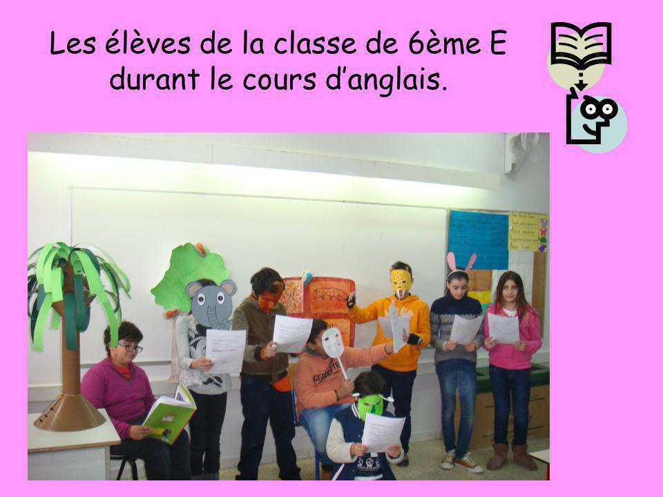 Les élèves des classes de 6ème A et B lisant durant le cours danglais.