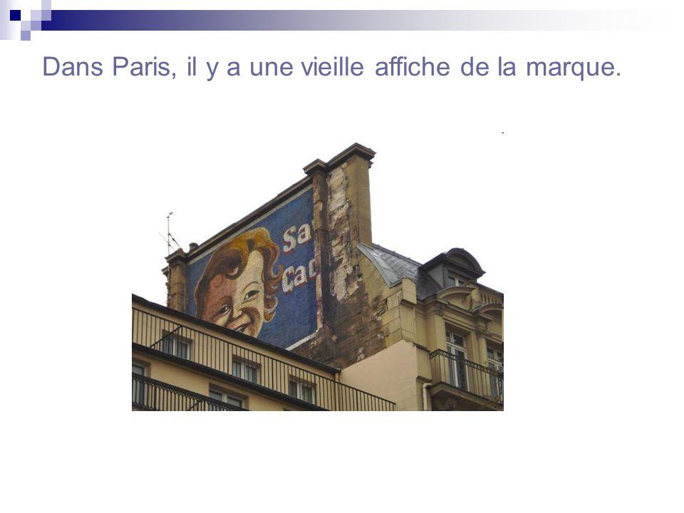 Dans Paris, il y a une vieille affiche de la marque.