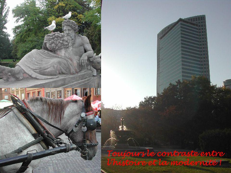 A droite la sirène de Varsovie qui est le symbole de la ville, ci-dessous le palais de la culture qui est un cadeau offert par lURSS, aujourdhui elle est couverte de publicités pour Newsweek… Le capitalisme sattaque au symbole du communisme dans la ville… Les temps changent UMIT !