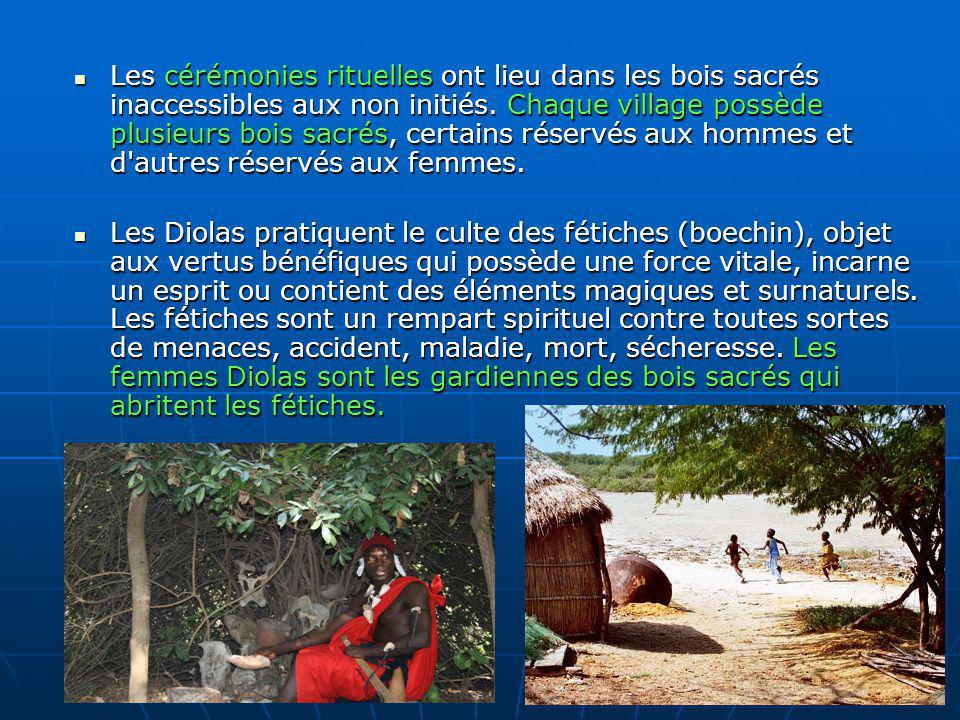 Les cérémonies rituelles ont lieu dans les bois sacrés inaccessibles aux non initiés. Chaque village possède plusieurs bois sacrés, certains réservés
