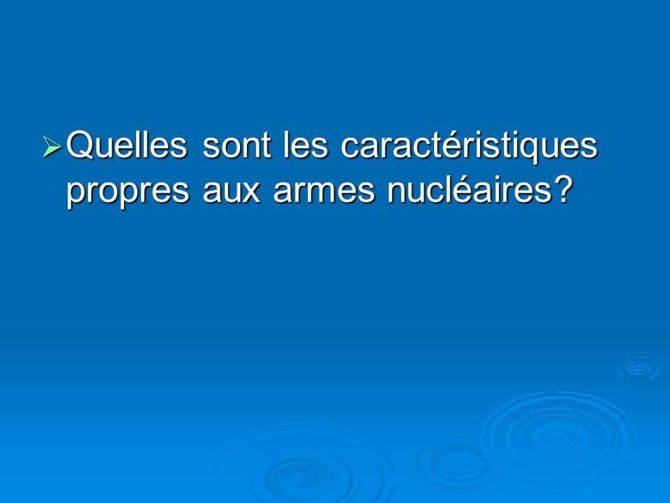Quelles sont les caractéristiques propres aux armes nucléaires.