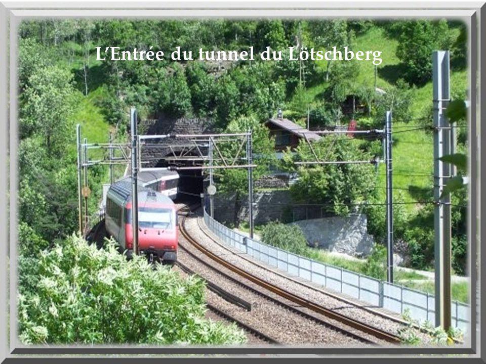 Larrivée du direct Bâle- Milan qui va entrer dans le tunnel de 34.6 km de long du Lötschberg