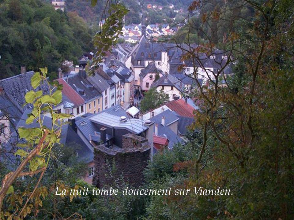 La nuit tombe doucement sur Vianden.