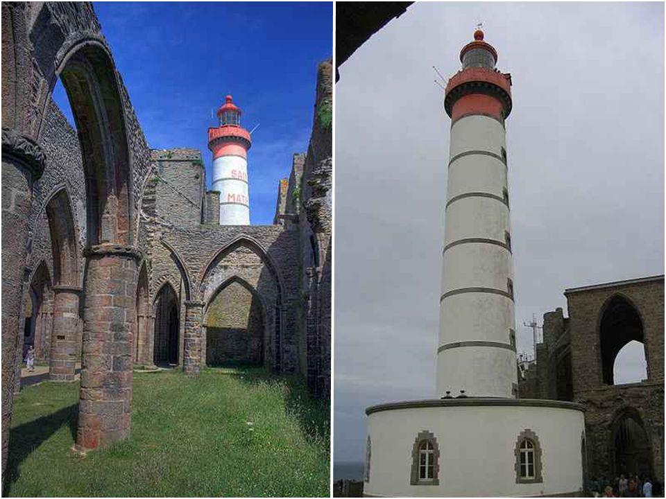 Phare de Saint-Mathieu Le phare de Saint-Mathieu est situé sur la pointe Saint-Mathieu, à Plougonvelin, dans les environs de Brest, dans le Finistère.
