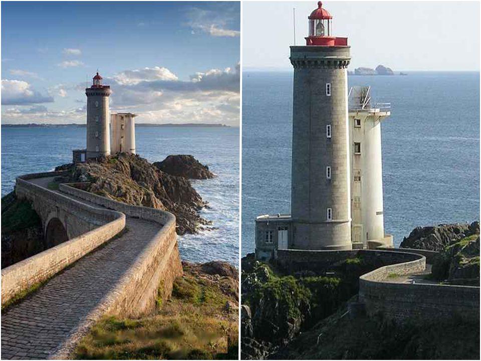 Phare du Petit Minou Le phare du Petit Minou indique aux bateaux désirant se rendre à Brest, la route à suivre pour entrer dans la rade. Il forme un a