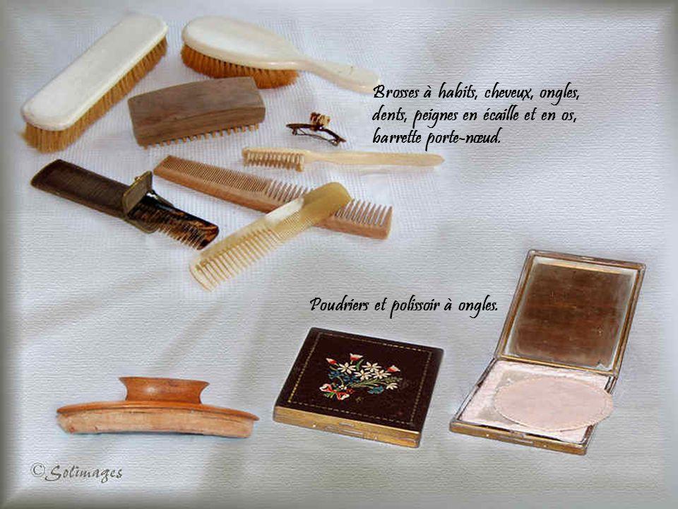 Brosses à habits, cheveux, ongles, dents, peignes en écaille et en os, barrette porte-nœud.
