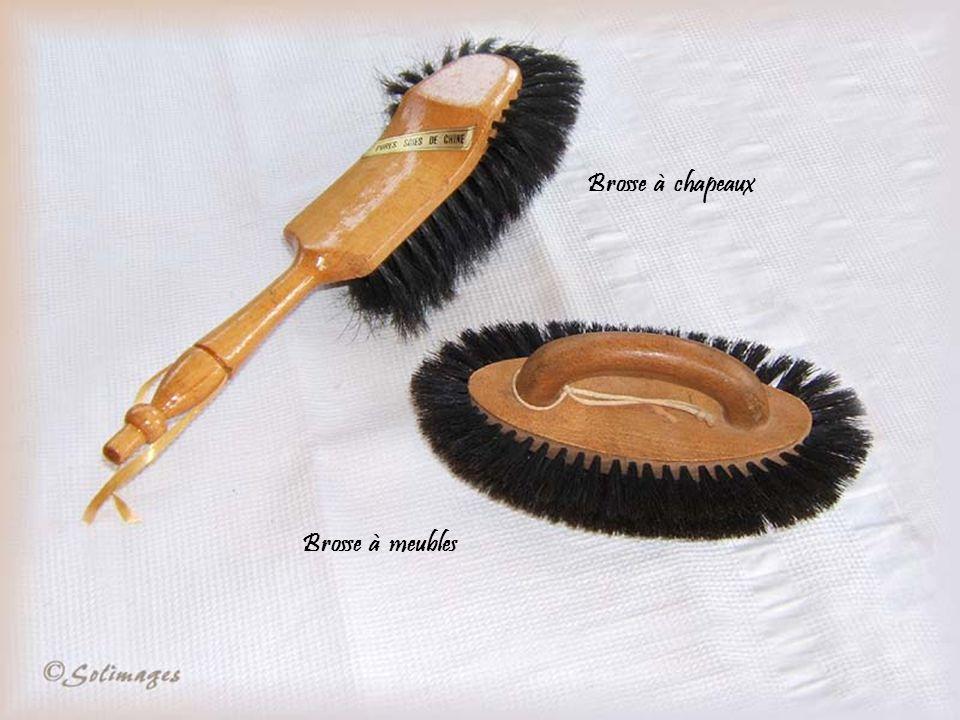Brosses à habits, cheveux, ongles, dents, peignes en écaille et en os, barrette porte-nœud. Poudriers et polissoir à ongles.