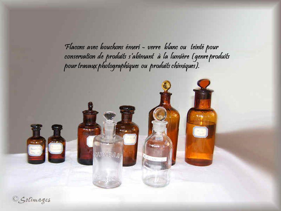 Flacons avec bouchons émeri - verre blanc ou teinté pour conservation de produits sabîmant à la lumière (genre produits pour travaux photographiques ou produits chimiques).