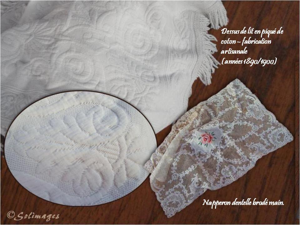 Dessus de lit en piqué de coton – fabrication artisanale (années 1890/1900) Napperon dentelle brodé main.