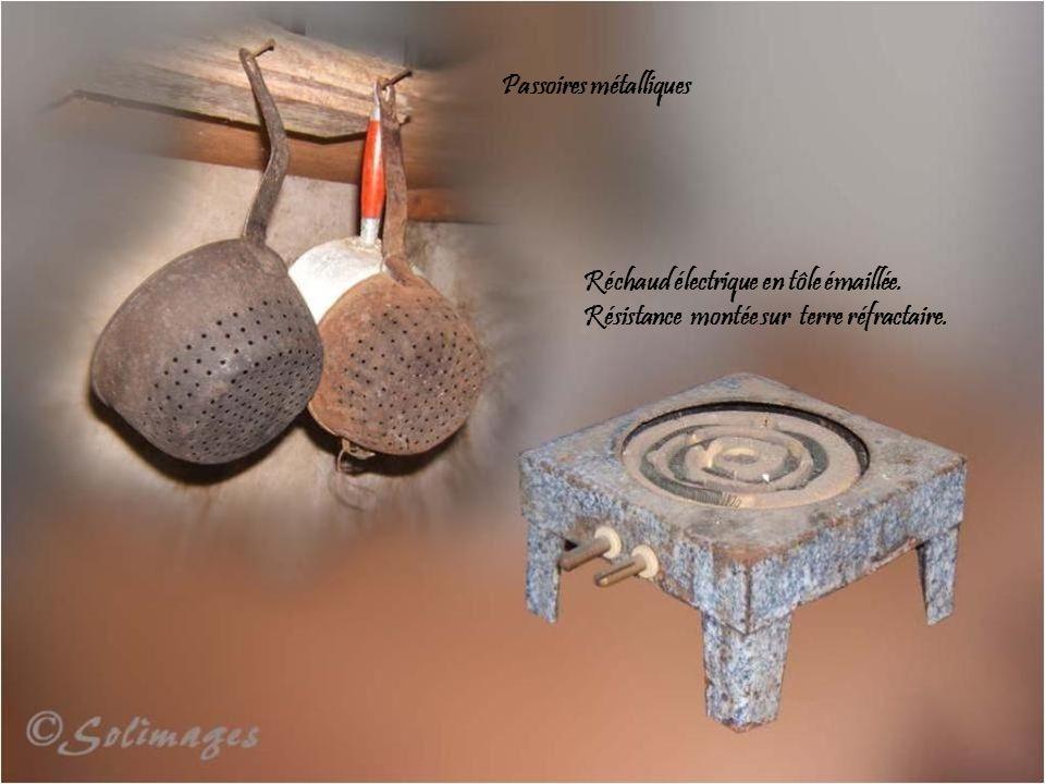 Balance Roberval, dite de ménage, socle fonte, plateaux cuivre jaune embouti. Poids en fonte et série légale de poids en cuivre sur socle de bois. Pro
