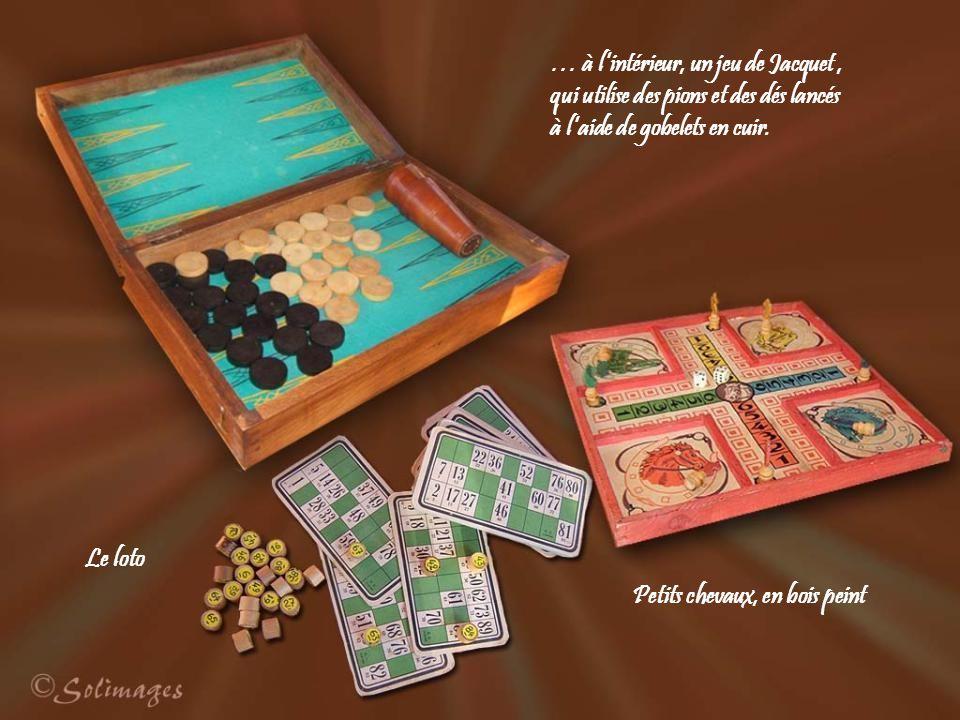 … à lintérieur, un jeu de Jacquet, qui utilise des pions et des dés lancés à laide de gobelets en cuir.