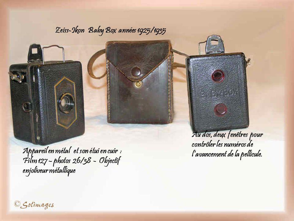 Zeiss-Ikon Baby Box années 1925/1935 Appareil en métal et son étui en cuir : Film 127 – photos 26/38 - Objectif enjoliveur métallique Au dos, deux fenêtres pour contrôler les numéros de lavancement de la pellicule.
