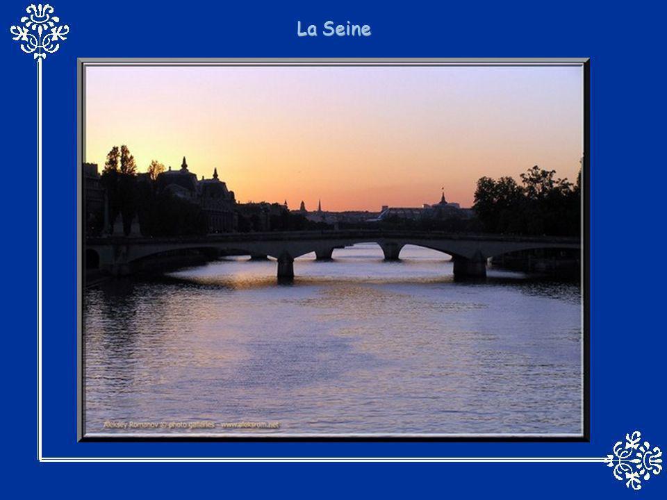 Construit au début du XXe siècle, le monumental pont Umberto Ier traverse le Pô à Turin, reliant le cœur de la ville à la gare ferroviaire de Porta Nu
