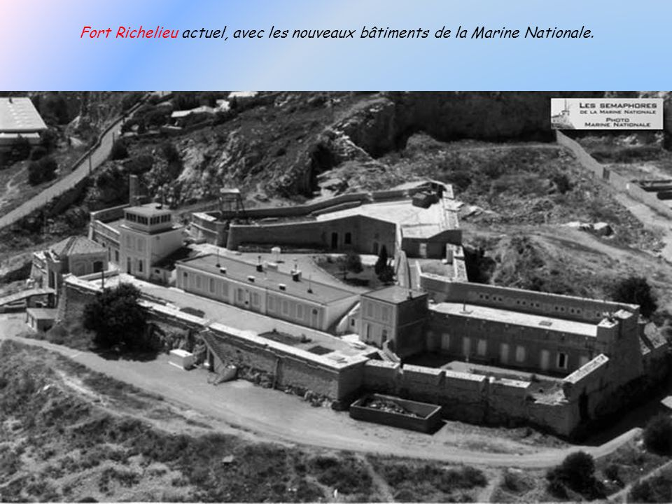 Le Fort Richelieu : Il a été construit en 1663, sous Louis XIV. Il est actuellement occupé par la Marine Nationale.