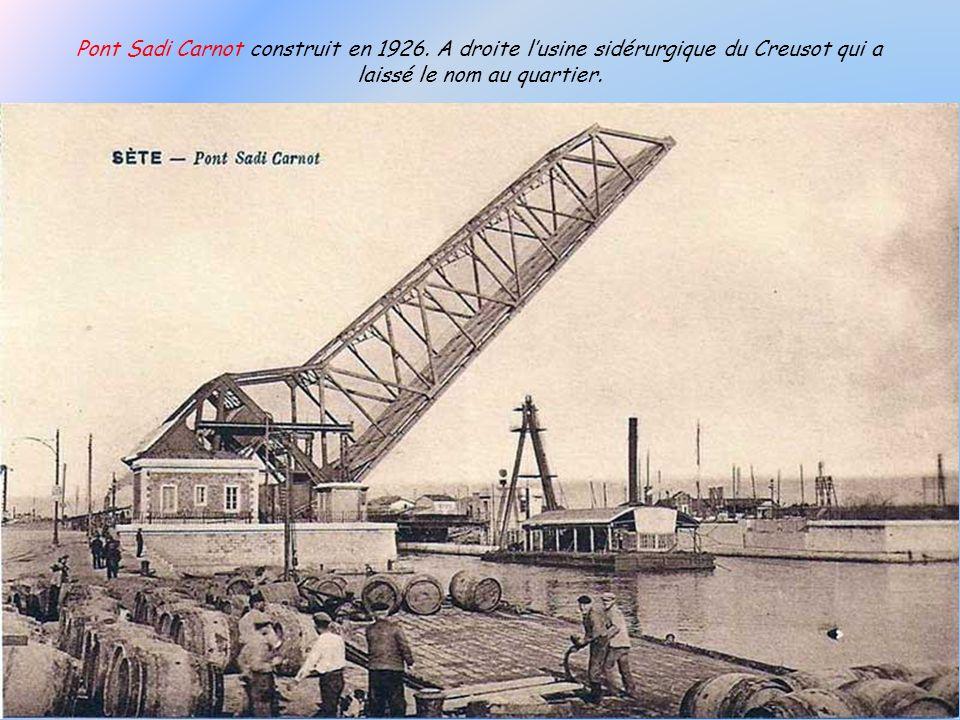 Lancêtre de lactuel Pont de Tivoli, inauguré en 1875 et remplacé en 1931 par lactuel pont basculant.