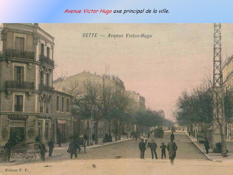 La fontaine « monumentale » de la Placette installée en 1869 symbolise larrivée en 1862 de leau captée dIssanka. Le 03 avril 1871 elle porta un bonnet