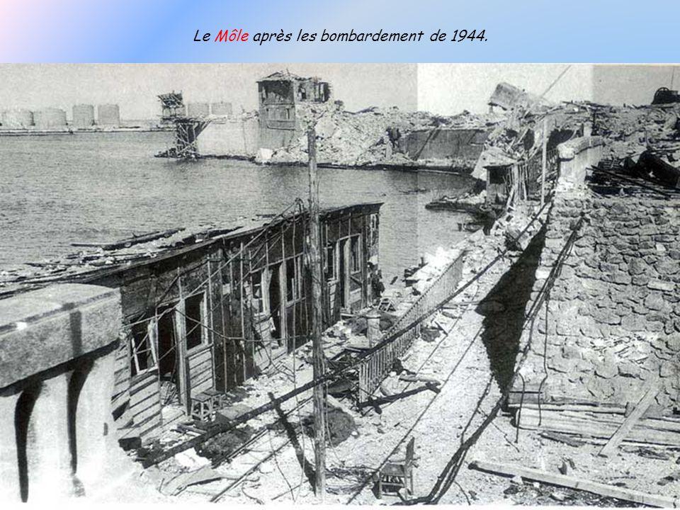Après la violente tempête doctobre 1683 qui arracha le musoir du môle rectiligne, un nouveau fut construit avec une tour carrée qui demeurera jusquaux
