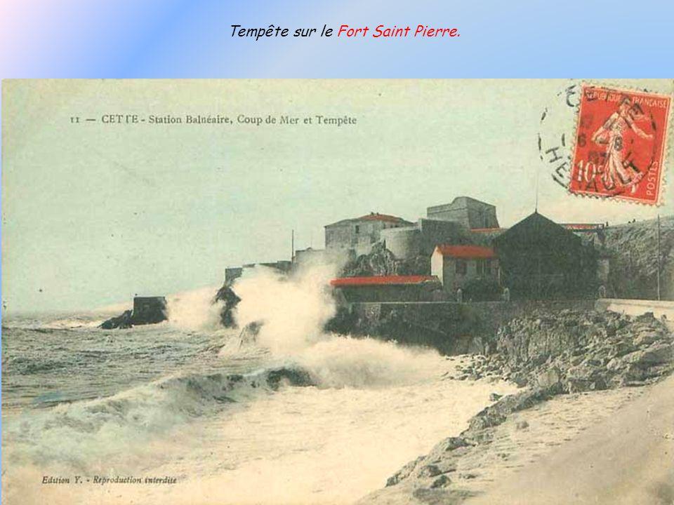 Fort Saint Pierre, avec le tramway de la Corniche qui longe le mur du club de gymnastique « La Sétoise ». Maintenant lun et le Théâtre de la Mer, laut