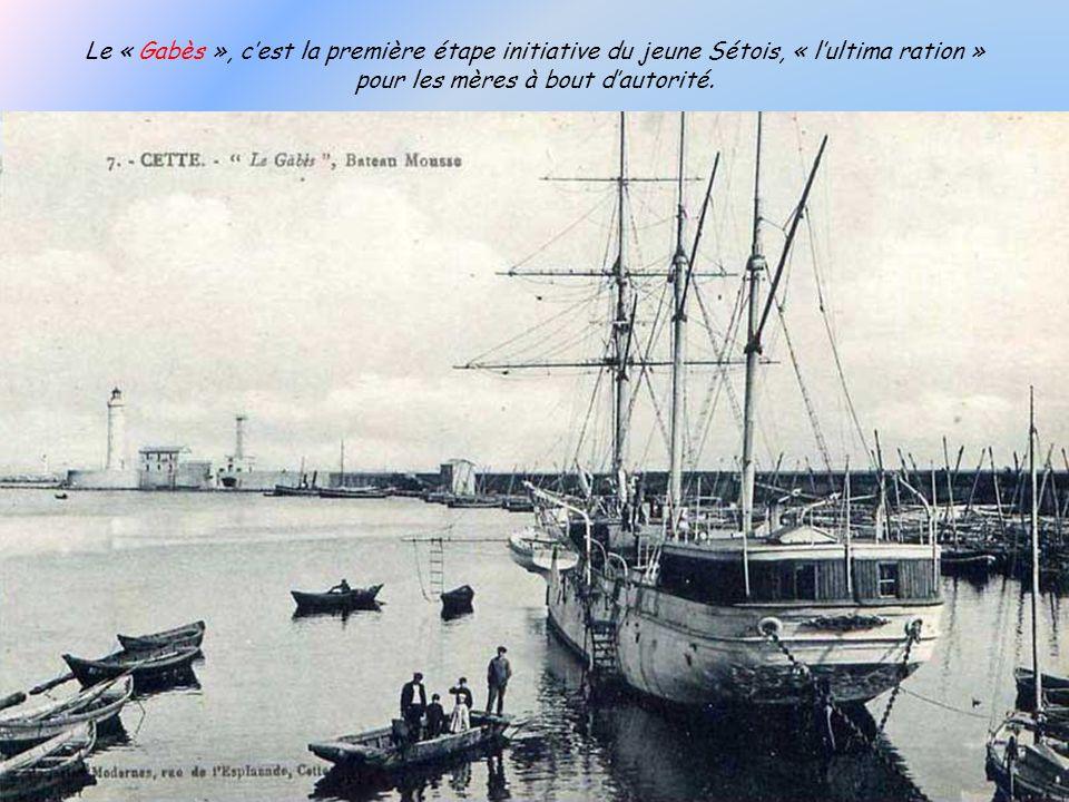 La rampe des Arabes ou (lancienne montée des Bédouins) qui relie le Môle St. Louis à la rue Jean Vilar. Le voilier Italien, le Jésus-e-Maria, échoué a