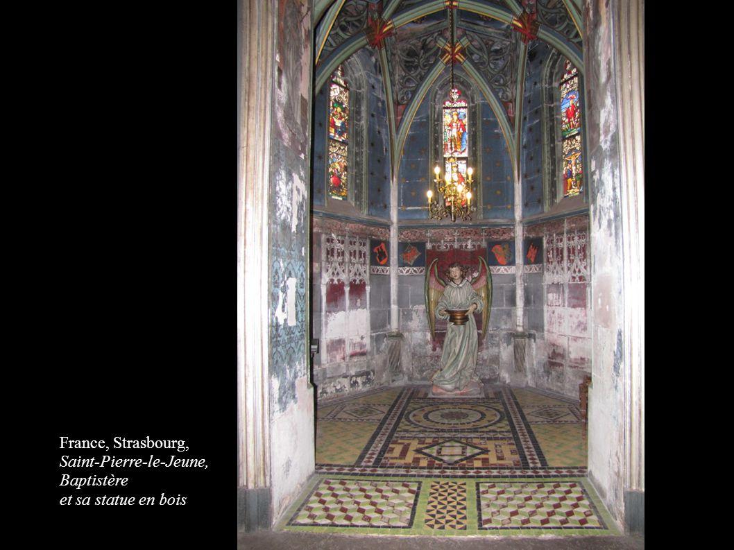 France, Strasbourg, Saint-Pierre-le-Jeune, Baptistère et sa statue en bois