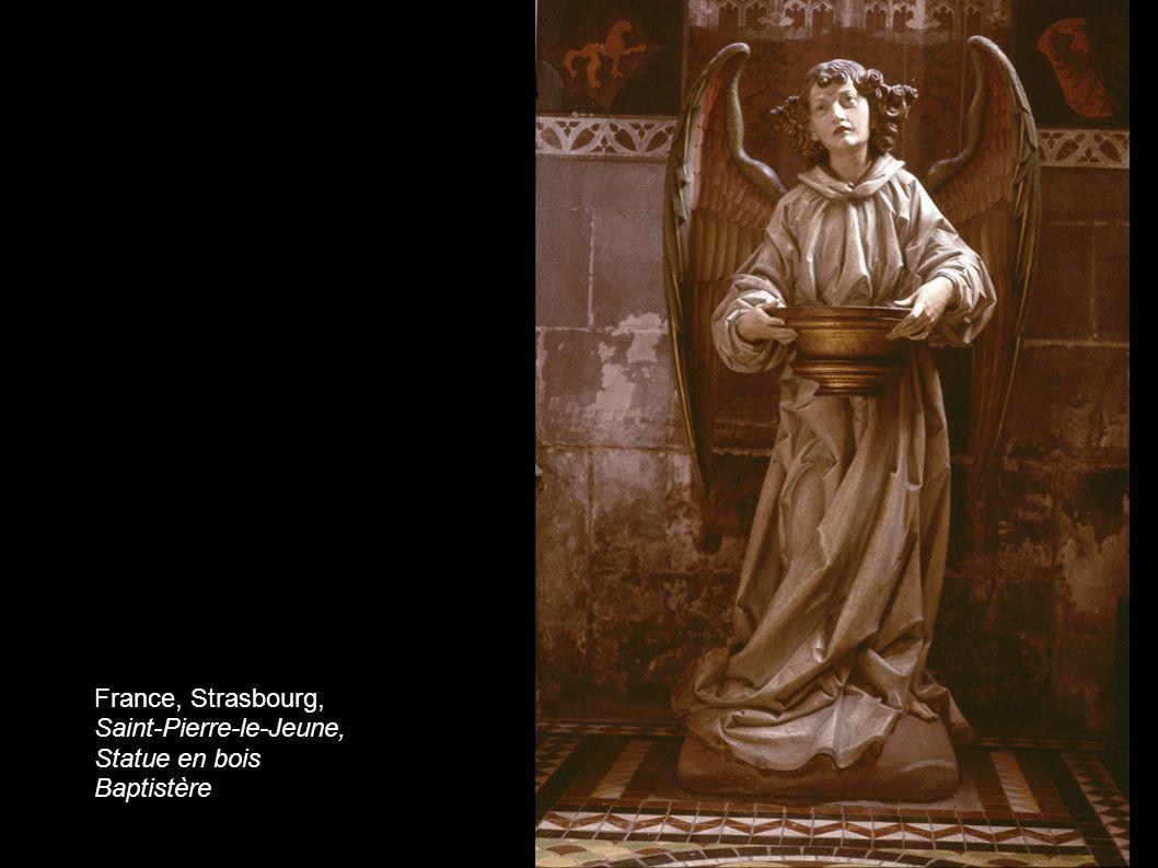 France, Strasbourg, Saint-Pierre-le-Jeune, Statue en bois Baptistère