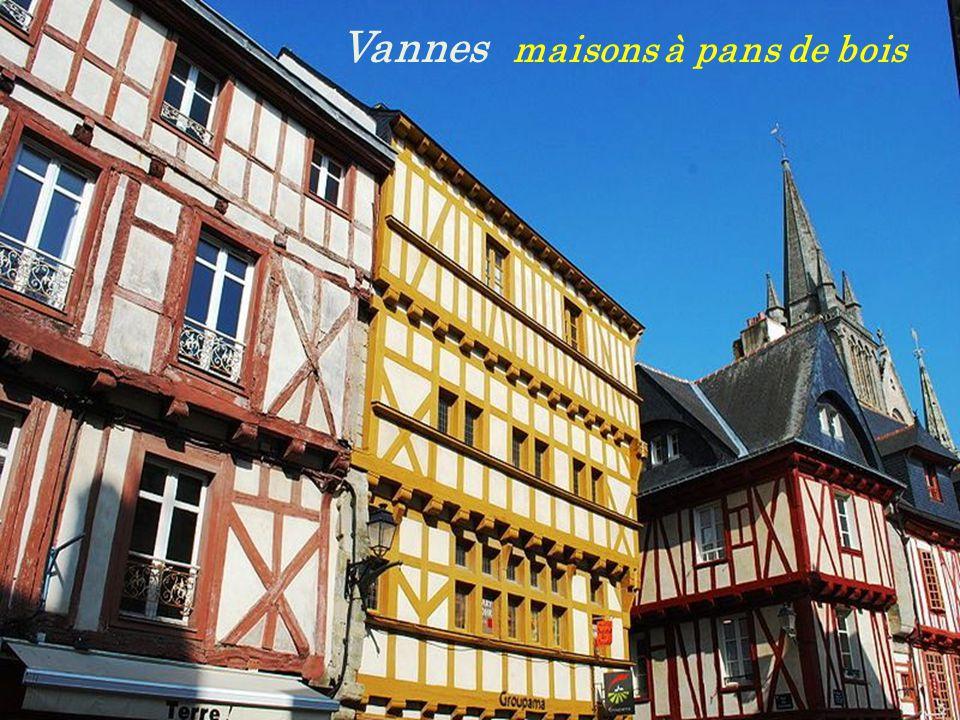 Église Saint-Gilles du XIe siècle Malestroit Place de la ville Fontaine du Lion dOr