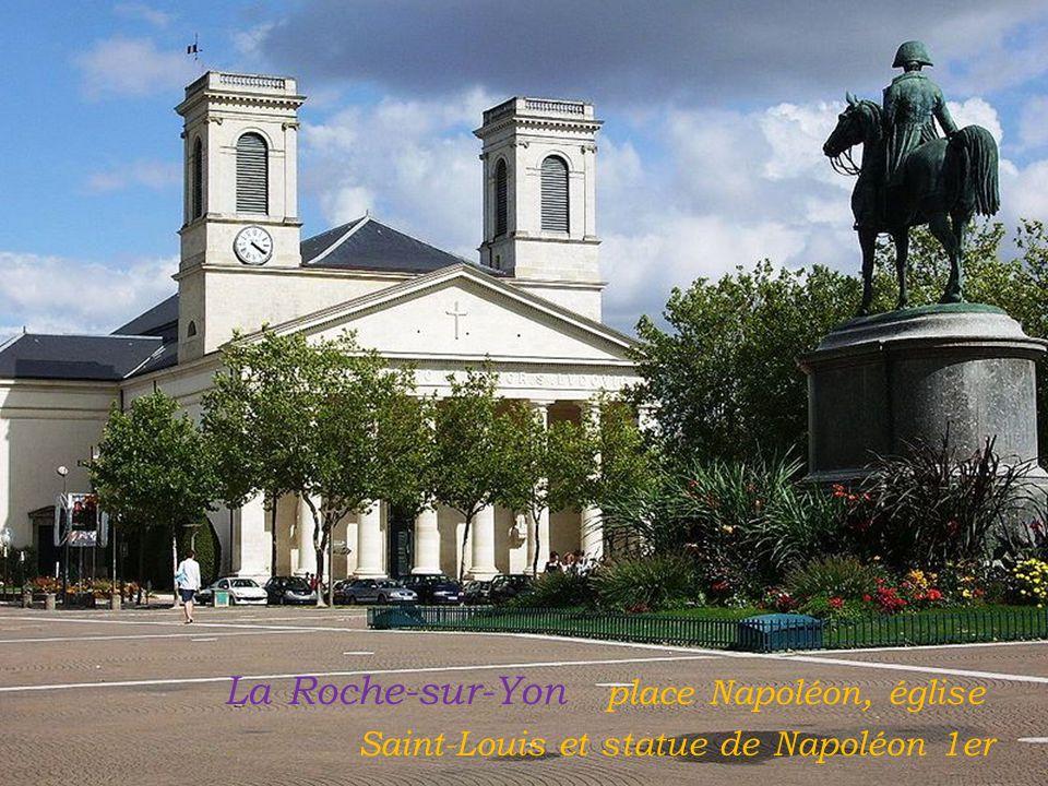 La Roche-sur-Yon place Napoléon, église. Saint-Louis et statue de Napoléon 1er