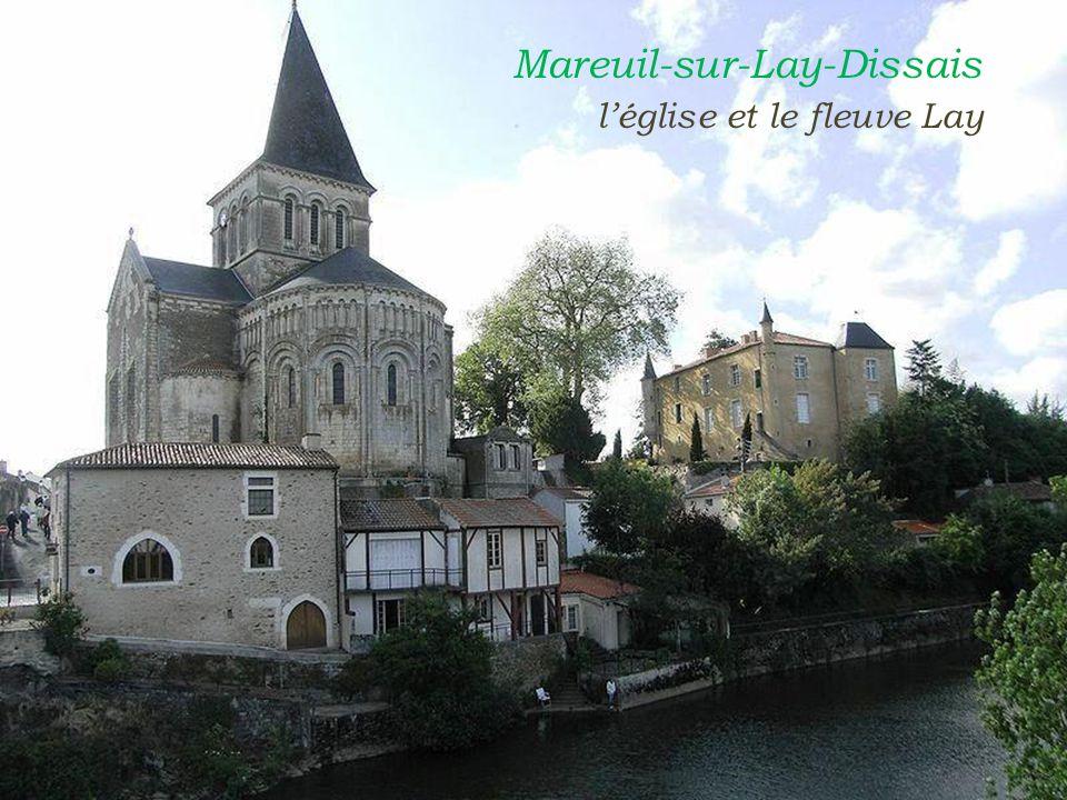 Mareuil-sur-Lay-Dissais. léglise et le fleuve Lay