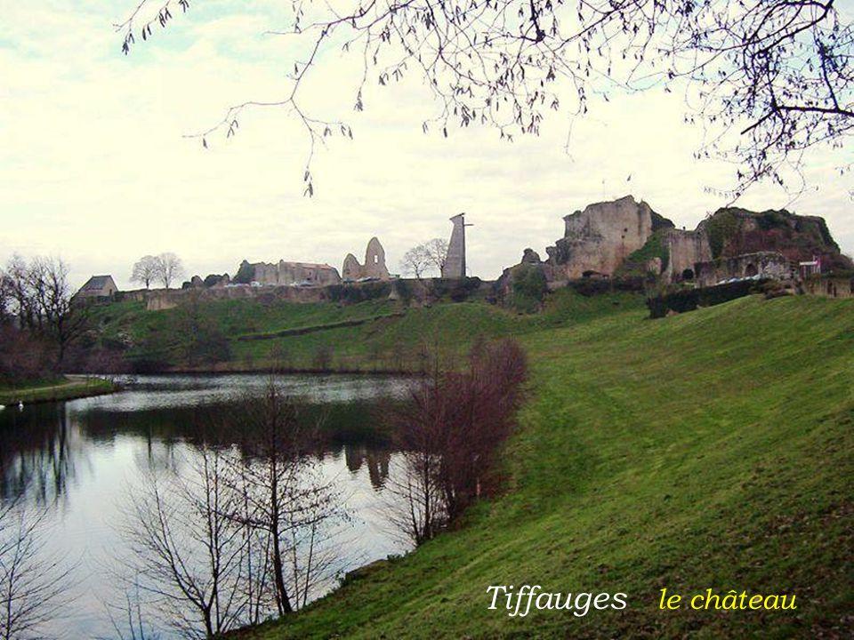 Noirmoutier-en-l Ile église Saint-Philbert. et le château