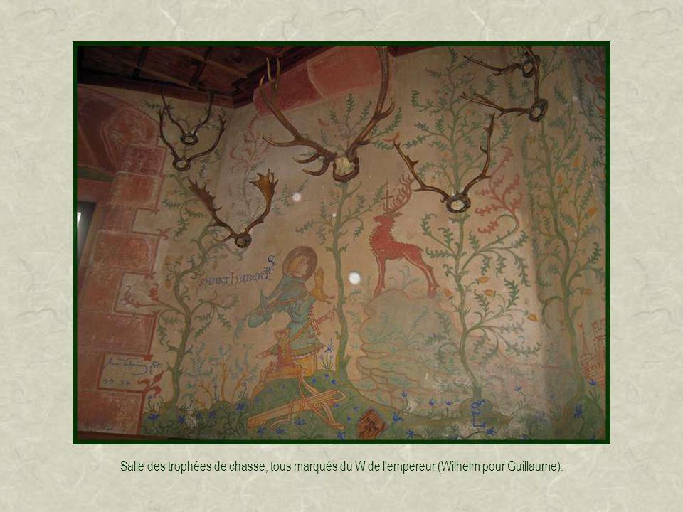 Les pièces nobles, recouvertes de lambris, contiennent une cheminée ou poêle en faïence et quelques meubles.