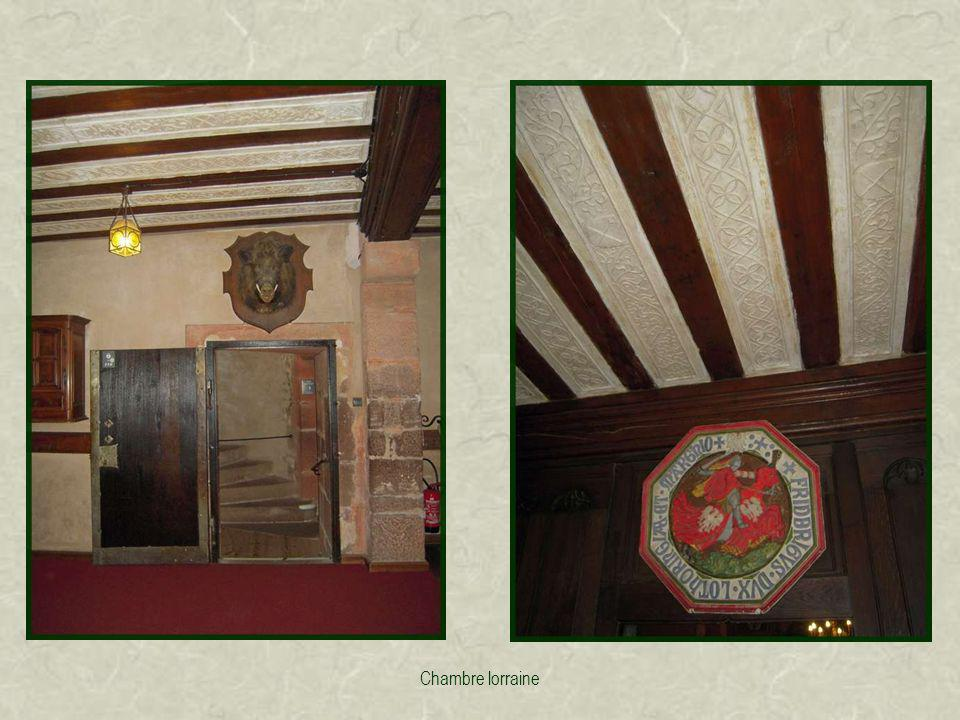 La salle darmes abrite une importante collection darmes anciennes et darmures.