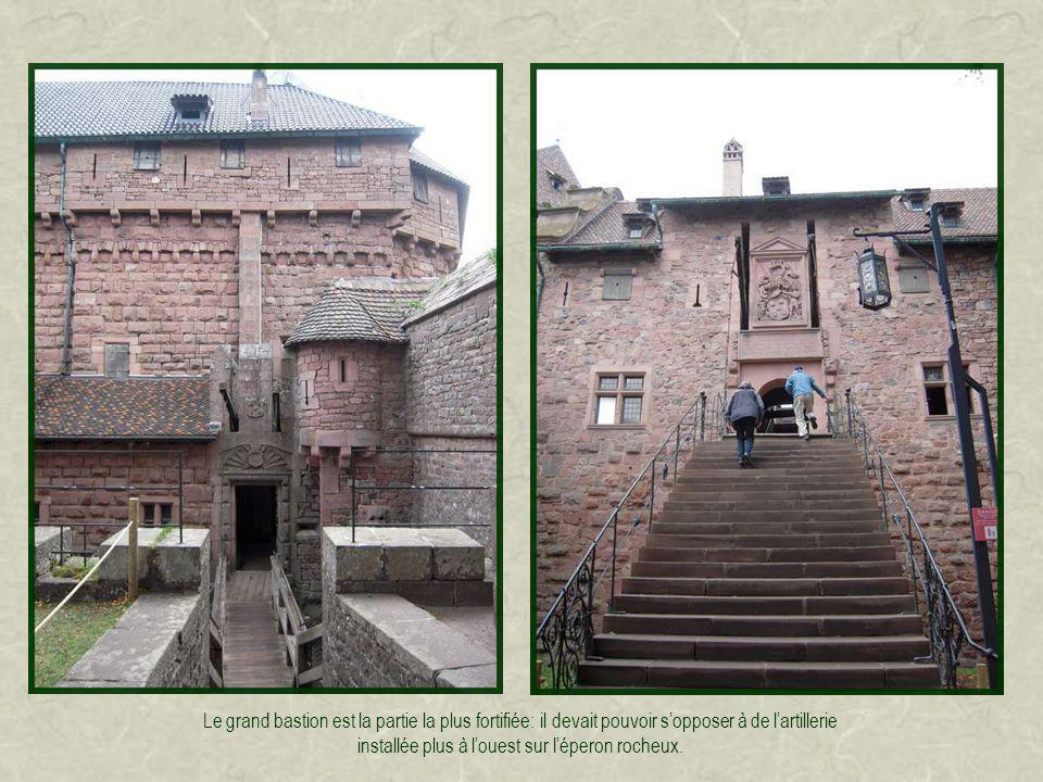 Le jardin supérieur fait le lien entre le logis situé à lest et les bastions à louest.